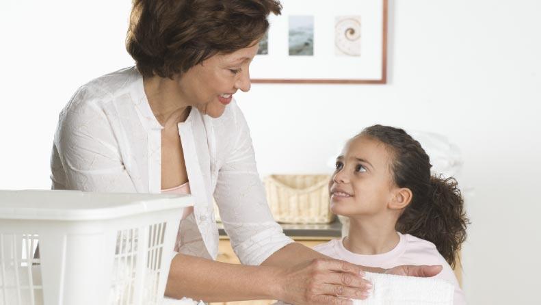 5 Cosas que debemos enseñarle a nuestros hijos al lavar la ropa