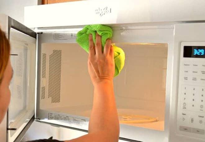 ¿Cómo limpiar el horno de microondas?