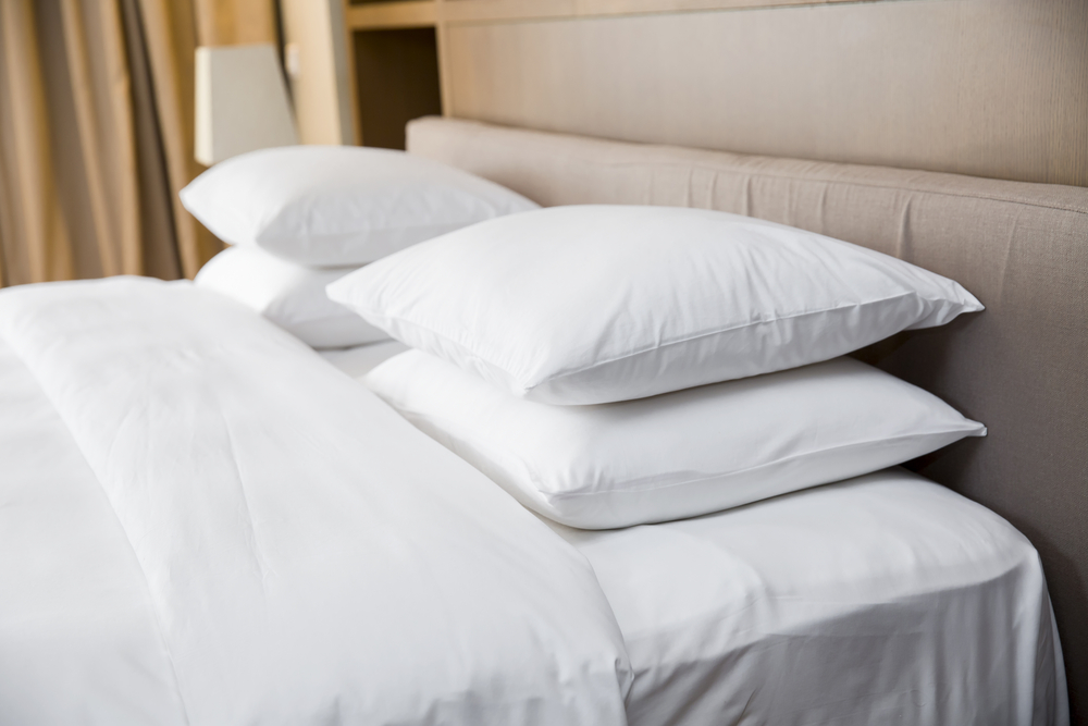 almohadas limpias y blancas