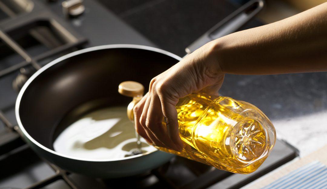 ¿Cómo limpiar manchas de aceites de cocina?