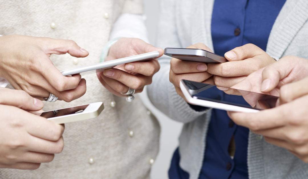 Limpiar la pantalla de tu teléfono para evitar el coronavirus