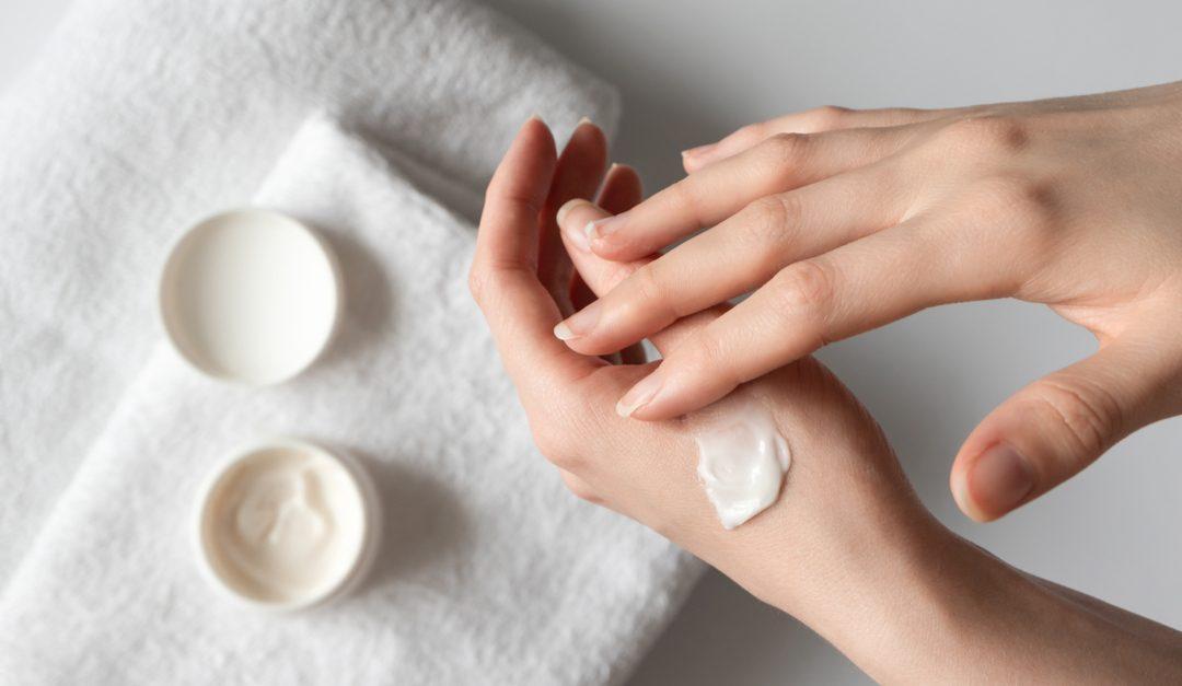 quitar manchas de crema corporal de la ropa